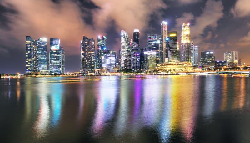 Ο ουρανός του πανοράματος της Σιγκαπούρης τη νύχτα, στον κόλπο Μαρίνα στοκ εικόνα με δικαίωμα ελεύθερης χρήσης