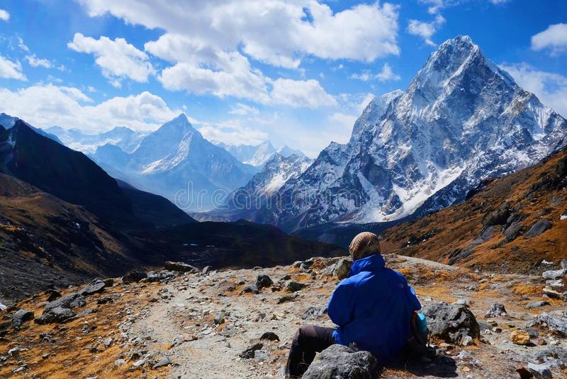 Ο οδοιπόρος στα Ιμαλάια εξετάζει τη θέα βουνού στοκ εικόνες με δικαίωμα ελεύθερης χρήσης
