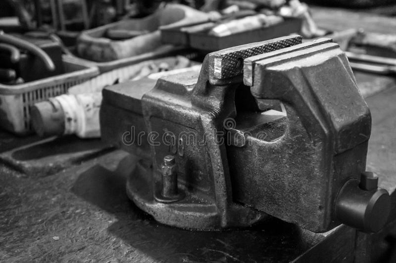 ο πάγκος κυριαρχεί την παλαιά μέγγενη εργαλείων στοκ εικόνες