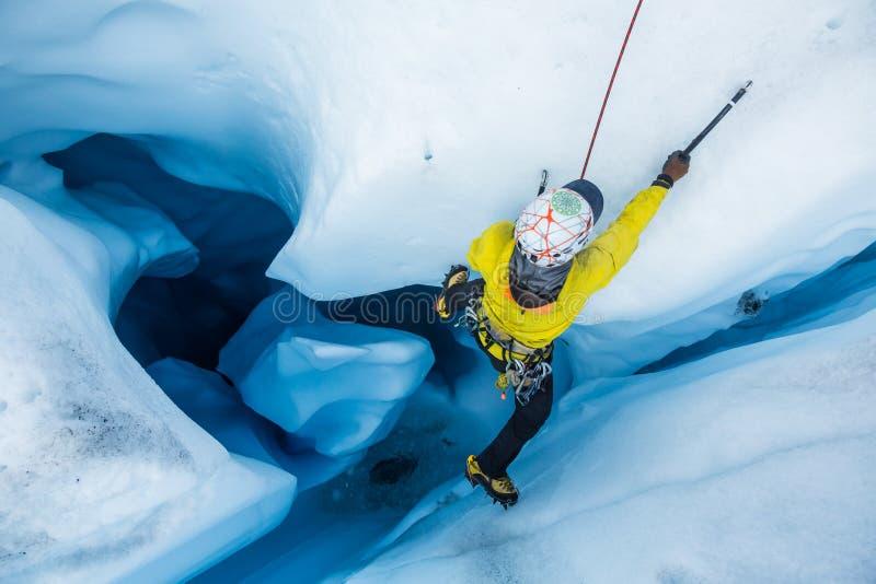 Ο πάγος που αναρριχείται από ένα μεγάλο moulin έκοψε στον πάγο του παγετώνα Matanuska στοκ φωτογραφία με δικαίωμα ελεύθερης χρήσης