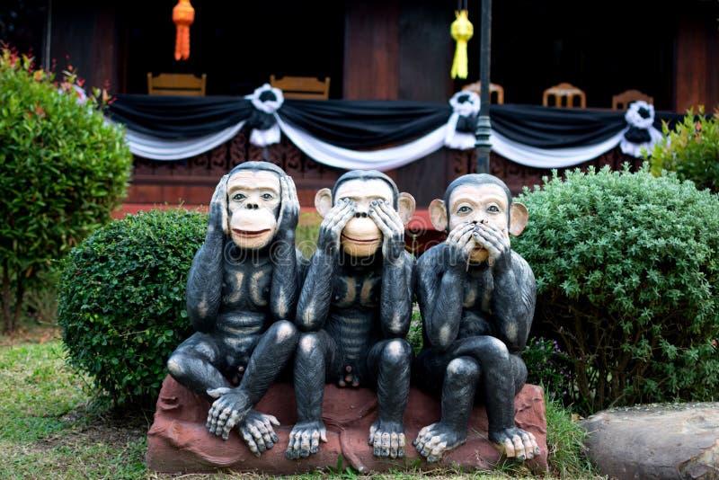 Ο πίθηκος τρία, κλείνει επάνω του χεριού που τα μικρά αγάλματα με την έννοια δεν βλέπουν κανένα κακό, δεν ακούνε κανένα κακό και  στοκ εικόνες με δικαίωμα ελεύθερης χρήσης