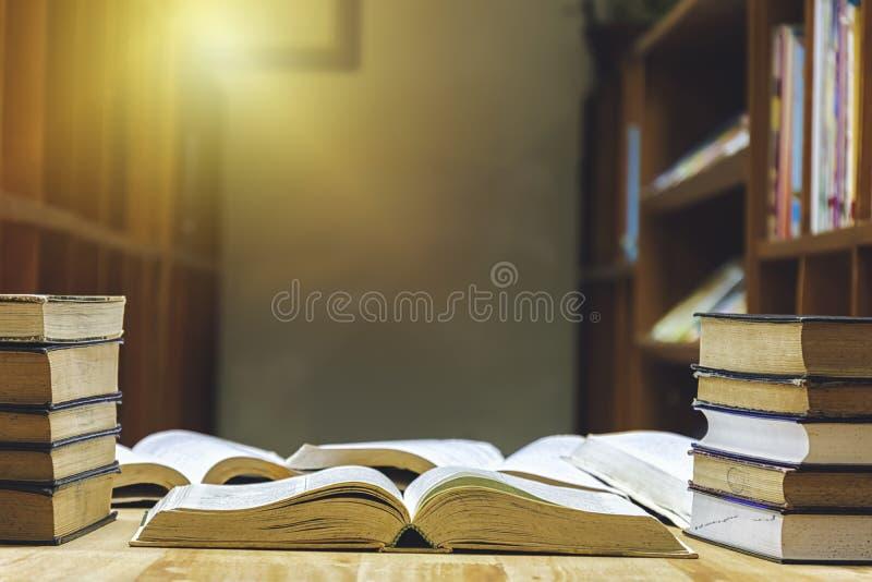 Ο πίνακας έχει πολλά βιβλία που διαβάζουν για να αυξήσει τη νοημοσύνη στοκ εικόνες