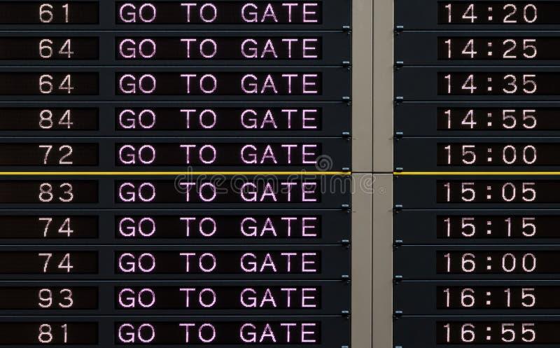Ο πίνακας αναχώρησης αερολιμένων με πηγαίνει στο σημάδι πυλών στοκ εικόνες με δικαίωμα ελεύθερης χρήσης