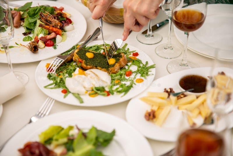 Ο πίνακας γευμάτων κόμματος, που γιορτάζει με τους φίλους της οικογένειας εξυπηρέτησε στο σπίτι ή σε ένα εστιατόριο στοκ εικόνες με δικαίωμα ελεύθερης χρήσης
