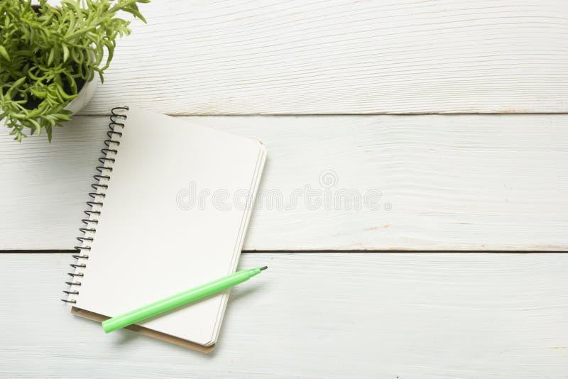 Ο πίνακας γραφείων γραφείων με τις προμήθειες και το έγγραφο Τοπ όψη Διάστημα αντιγράφων για το κείμενο στοκ εικόνα