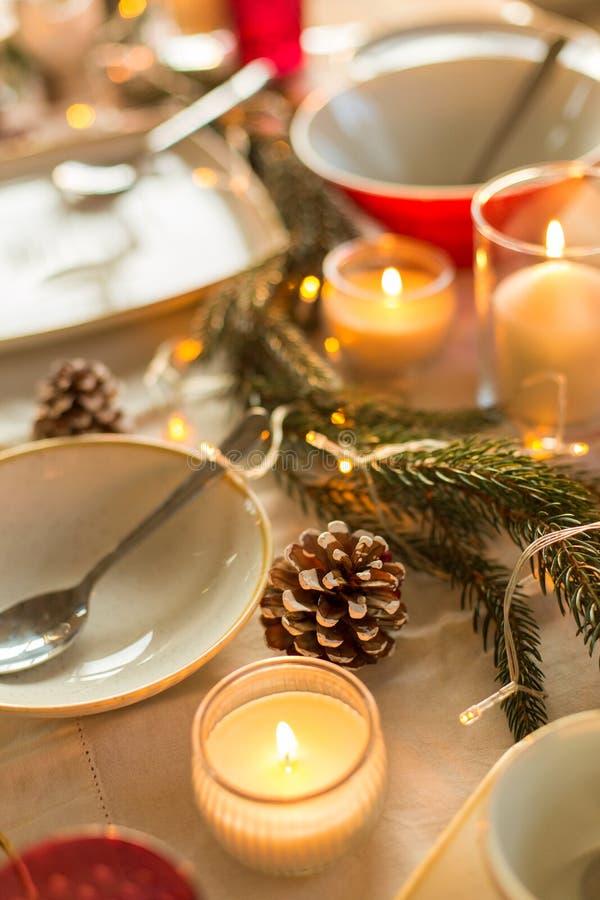 Ο πίνακας εξυπηρέτησε και διακόσμησε για το γεύμα Χριστουγέννων στοκ εικόνες