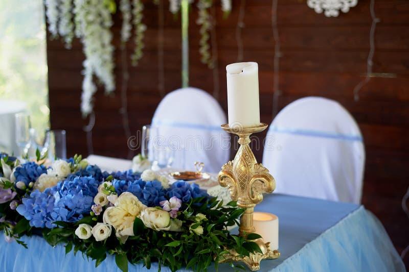 Ο πίνακας των νεολαιών Σύνθεση των hydrangeas, άσπρο τραπεζομάντιλο Άσπρος-μπλε γάμμα στοκ εικόνα με δικαίωμα ελεύθερης χρήσης