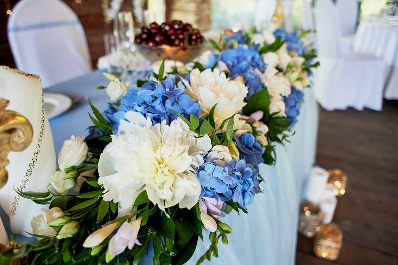 Ο πίνακας των νεολαιών Σύνθεση των hydrangeas, άσπρο τραπεζομάντιλο Άσπρος-μπλε γάμμα στοκ φωτογραφία