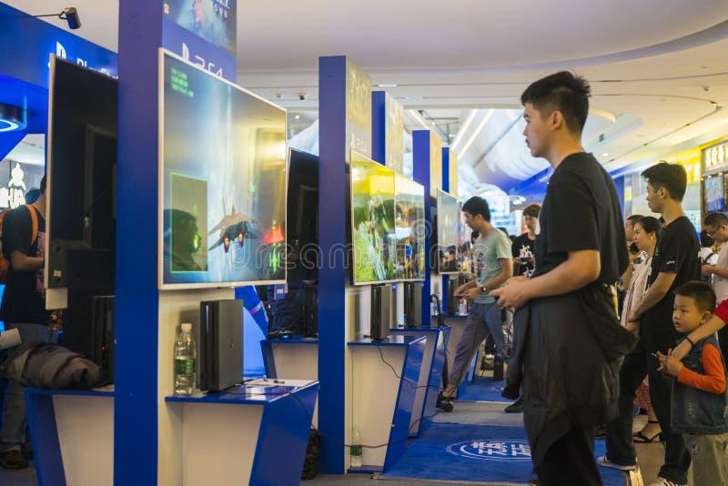 Ο παίκτης παίζει τα παιχνίδια σε PlayStation στη Sony EXPO το 2019 στοκ φωτογραφία με δικαίωμα ελεύθερης χρήσης