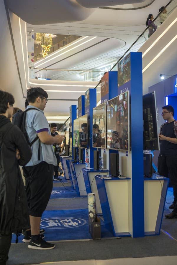 Ο παίκτης παίζει τα παιχνίδια σε PlayStation στη Sony EXPO το 2019 στοκ εικόνες με δικαίωμα ελεύθερης χρήσης