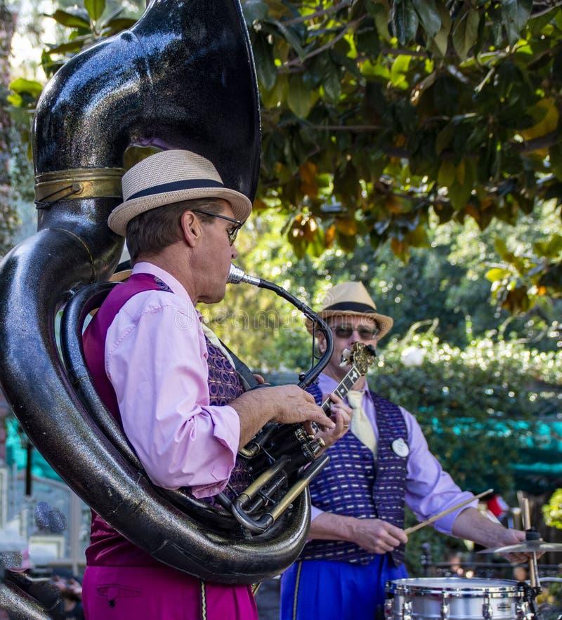 Ο παίκτης της τζαζ μπάντας της Νέας Ορλεάνης πραγματοποιεί συναυλία στην Disneyland, Anaheim, Καλιφόρνια στοκ εικόνες