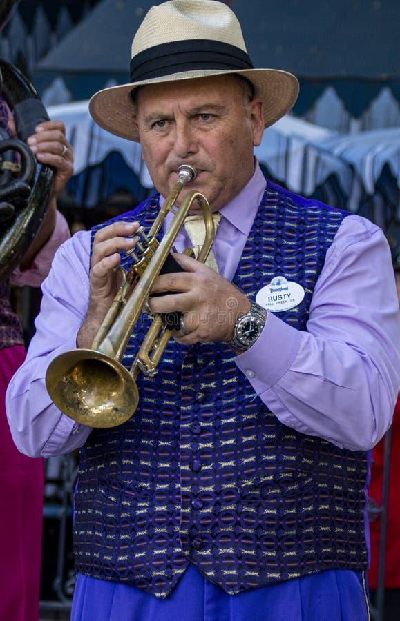 Ο παίκτης τρομπέτας του συγκροτήματος τζαζ της Νέας Ορλεάνης πραγματοποιεί συναυλία στην Disneyland, Anaheim, Καλιφόρνια στοκ φωτογραφία με δικαίωμα ελεύθερης χρήσης