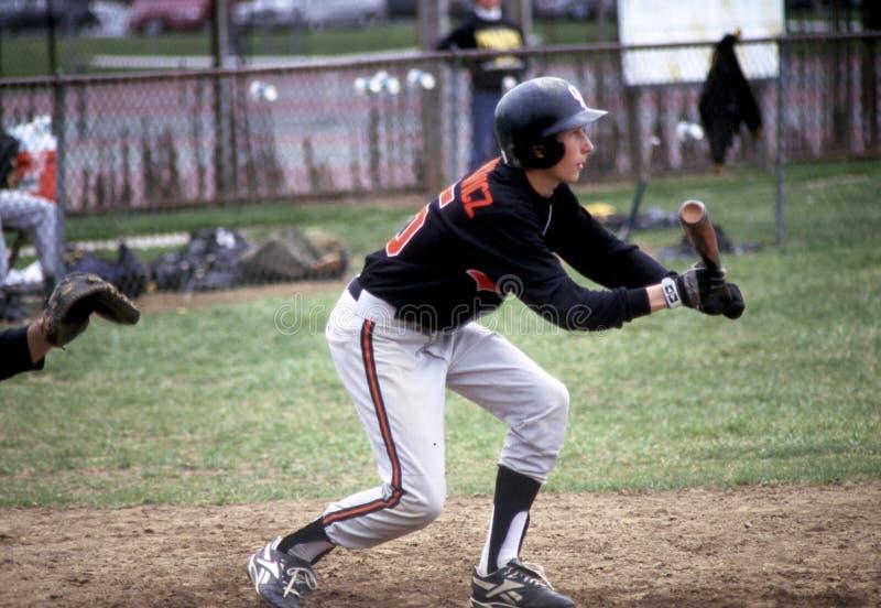 Ο παίχτης του μπέιζμπολ προετοιμάζεται στο στήθος ηστίου στοκ φωτογραφίες