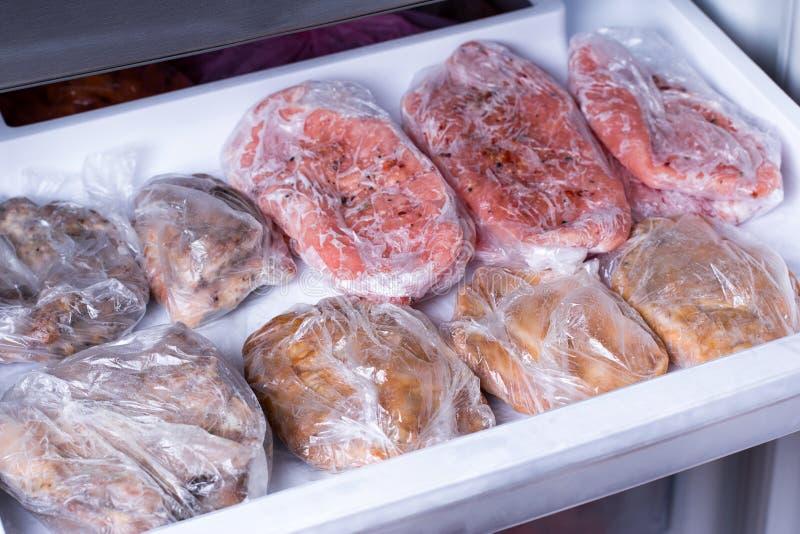 Ο παγωμένος λαιμός χοιρινού κρέατος τεμαχίζει το κρέας steakin ο ψυκτήρας Παγωμένα τρόφιμα στοκ φωτογραφίες με δικαίωμα ελεύθερης χρήσης