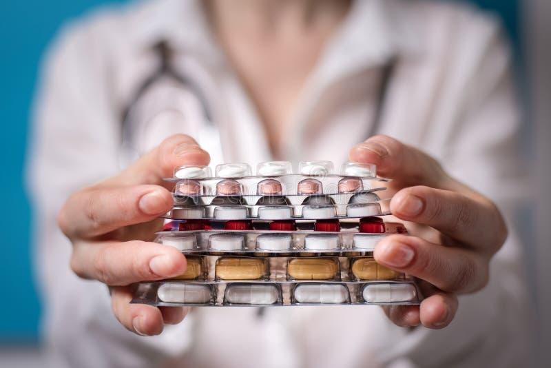 Ο παθολόγος γυναικών άντεξε το σωρό των ταμπλετών μπροστά από τον Η έννοια της πληρωμένης ιατρικής στοκ φωτογραφία με δικαίωμα ελεύθερης χρήσης