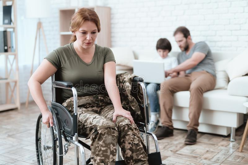 Ο παλαίμαχος γυναικών στην αναπηρική καρέκλα επέστρεψε από το στρατό Μια γυναίκα σε μια αναπηρική καρέκλα είναι στον πόνο Αυτή `  στοκ φωτογραφία με δικαίωμα ελεύθερης χρήσης
