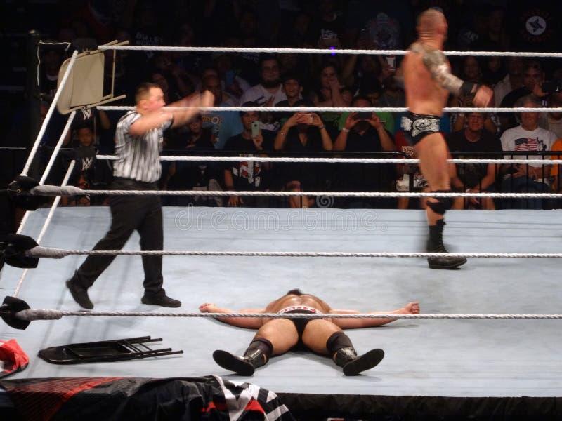 Ο παλαιστής Rusev WWE βάζει στο έδαφος καθώς ο παλαιστής καβγατζές Orton περπατά γύρω από το δαχτυλίδι στοκ φωτογραφίες με δικαίωμα ελεύθερης χρήσης