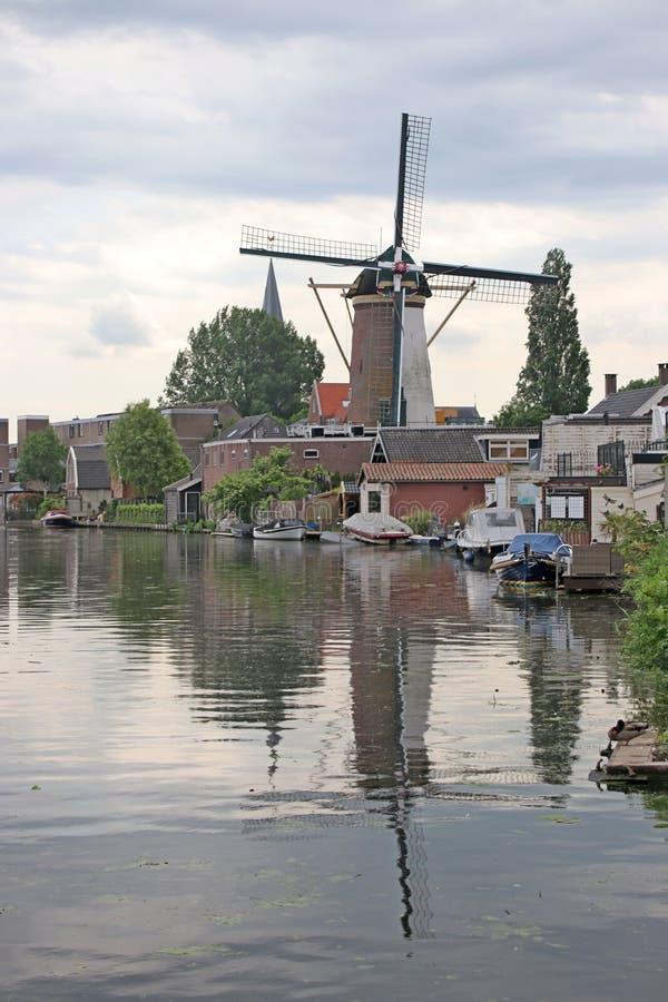 Ο παλαιός αρχαίος ανεμόμυλος κατά μήκος του ποταμού ο παλαιός Ρήνος στην πόλη Bodegraven whch έγινε ζυθοποιείο μπύρας στοκ φωτογραφία με δικαίωμα ελεύθερης χρήσης