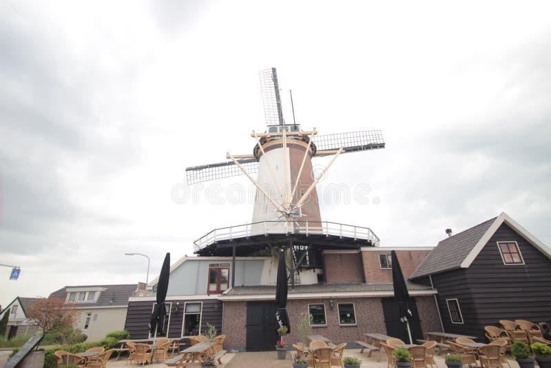 Ο παλαιός αρχαίος ανεμόμυλος κατά μήκος του ποταμού ο παλαιός Ρήνος στην πόλη Bodegraven whch έγινε ζυθοποιείο μπύρας στοκ εικόνες