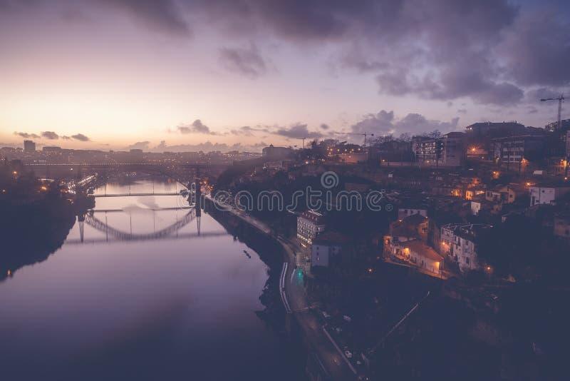Ο παλαιός ορίζοντας πόλεων του Πόρτο, Πορτογαλία από πέρα από τον ποταμό Douro, είναι στοκ εικόνες