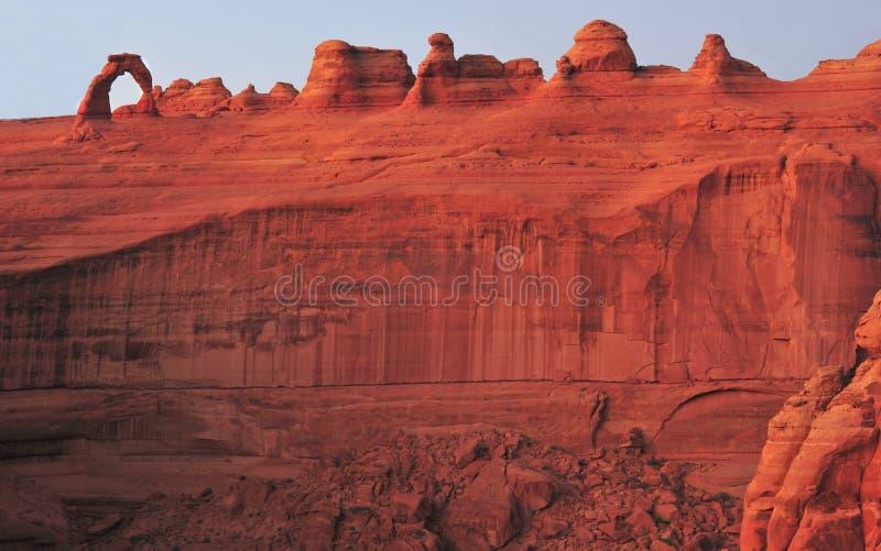 Ο πανοραμικός πυροβολισμός που η λεπτή αψίδα διέβρωσε τον κόκκινο βράχο, σχηματίζει αψίδα το εθνικό πάρκο, moab, Utah στοκ εικόνα