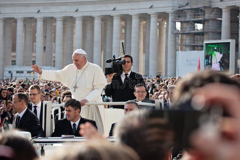 Ο παπάς Francis Ι ευλογεί τον πιστό στοκ εικόνες