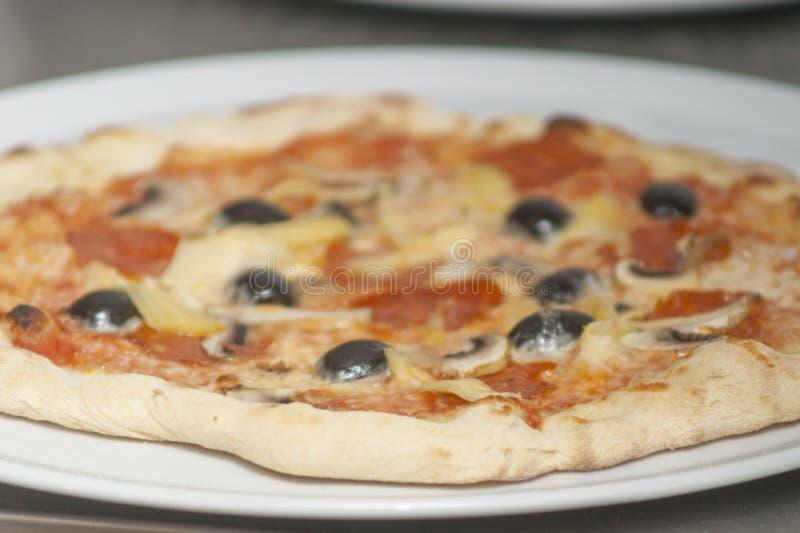 Ο παραδοσιακός τρόπος έψησε την ιταλική πίτσα στοκ φωτογραφία με δικαίωμα ελεύθερης χρήσης