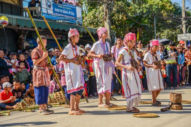 Ο παραδοσιακός χορός ομάδας φυλών Hill παρουσιάζει στην παρέλαση στοκ φωτογραφία