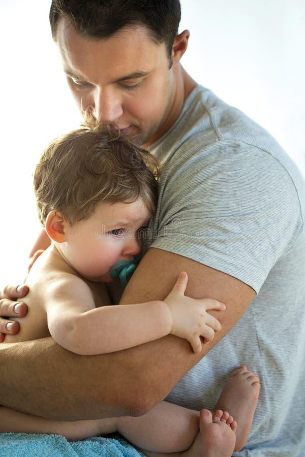Ο πατέρας ανακουφίζει το γιο στοκ εικόνες με δικαίωμα ελεύθερης χρήσης