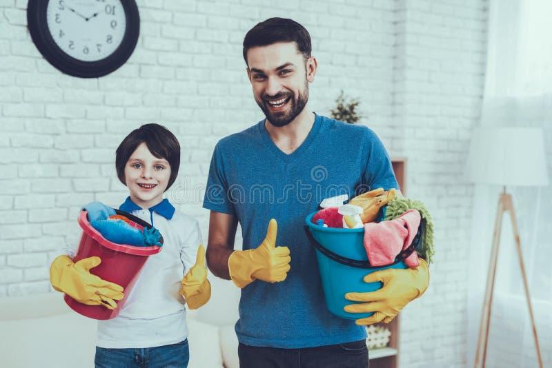 Ο πατέρας διδάσκει σε έναν γιο έναν καθαρισμό στοκ εικόνα