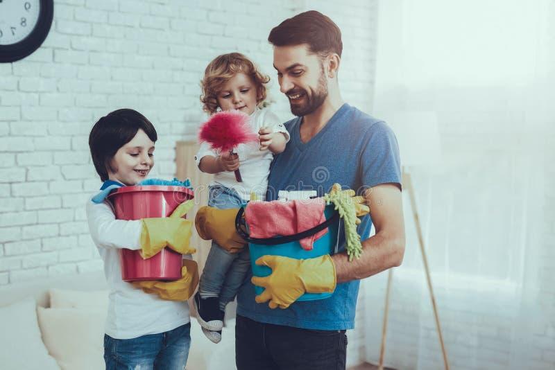 Ο πατέρας διδάσκει τους γιους ένας καθαρισμός στοκ φωτογραφία