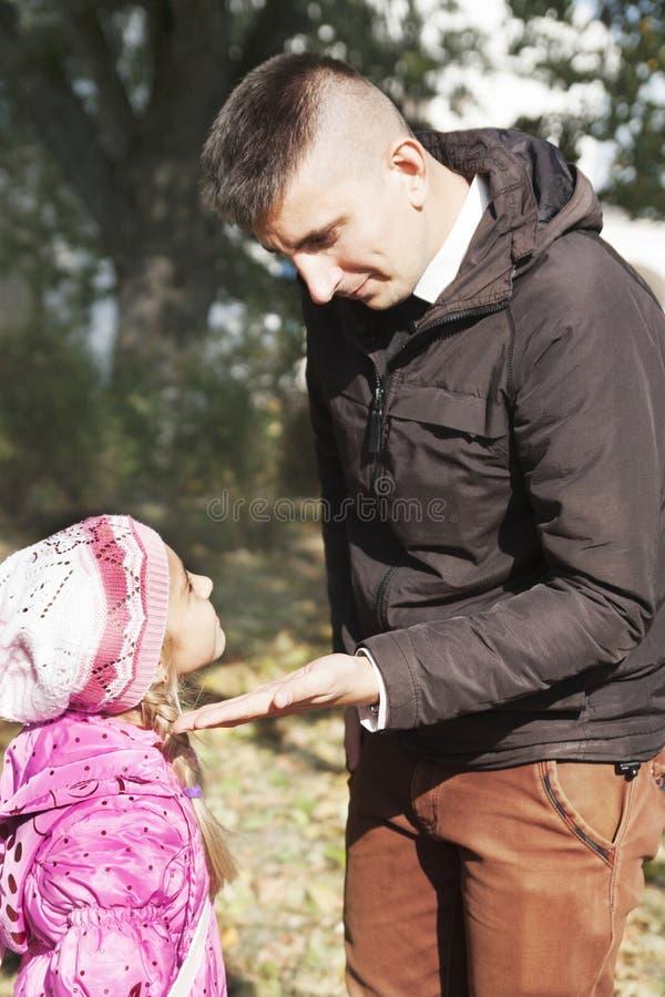 Ο πατέρας επιπλήττει την κόρη στοκ εικόνα