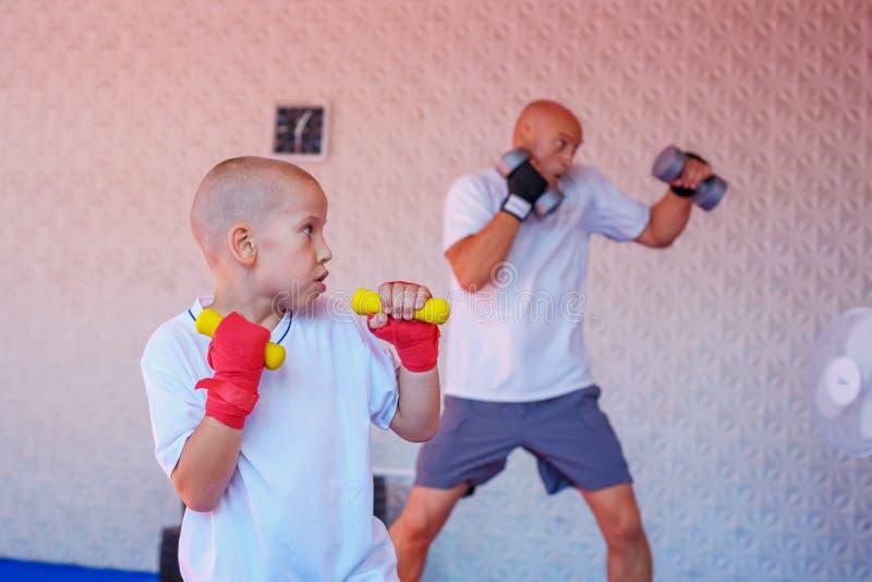 Ο πατέρας και ο γιος συμμετέχουν στη γυμναστική στοκ φωτογραφία με δικαίωμα ελεύθερης χρήσης