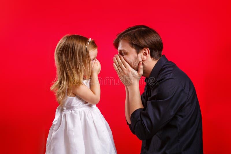 Ο πατέρας και η κόρη έκρυψαν το στόμα της στοκ φωτογραφίες με δικαίωμα ελεύθερης χρήσης