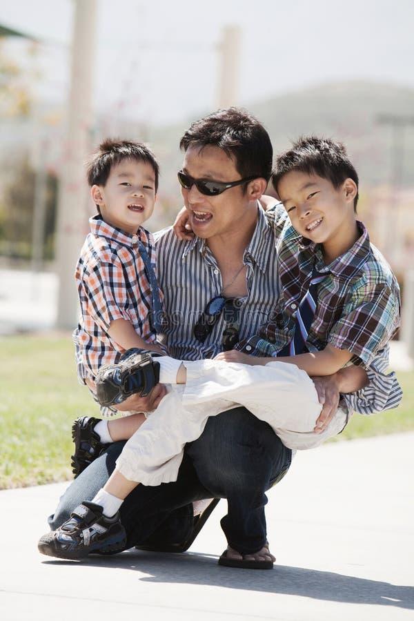 Ο πατέρας και οι γιοι έχουν τη διασκέδαση στοκ φωτογραφίες