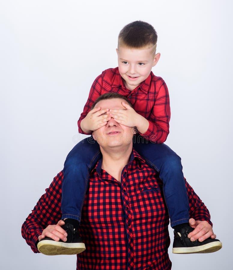 Καλύτεροι φίλοι για πάντα Ο πατέρας λίγη κόκκινη οικογένεια πουκάμισων γιων φαίνεται εξάρτηση Μπαμπάς piggybacking το λατρευτό πα στοκ εικόνες