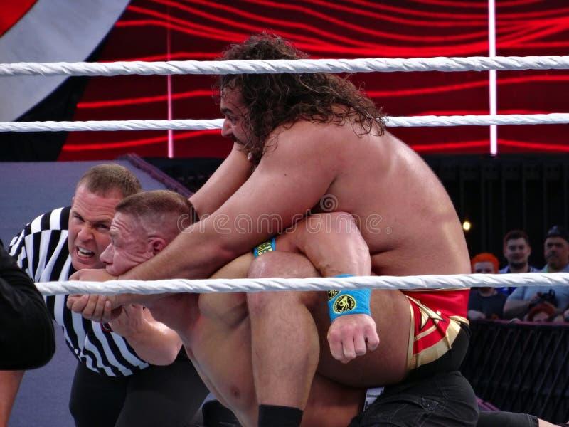 Ο παλαιστής Rusev WWE βάζει το John Cena στην επευφημία με το REF chec στοκ φωτογραφία με δικαίωμα ελεύθερης χρήσης