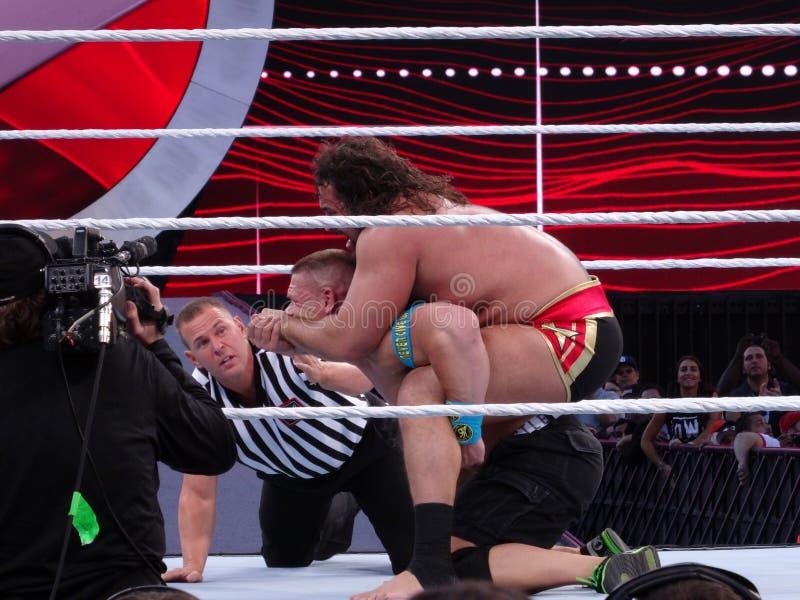 Ο παλαιστής Rusev WWE βάζει το John Cena στην επευφημία στοκ φωτογραφία με δικαίωμα ελεύθερης χρήσης
