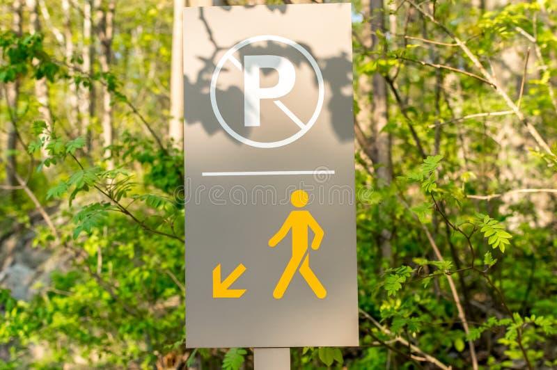 Ο πεζός και κανένα σημάδι χώρων στάθμευσης στοκ φωτογραφία με δικαίωμα ελεύθερης χρήσης