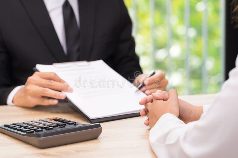 Ο πελάτης ή η γυναίκα λαμβάνει μια απόφαση να υπογράψει μια σύμβαση όταν busine στοκ εικόνες