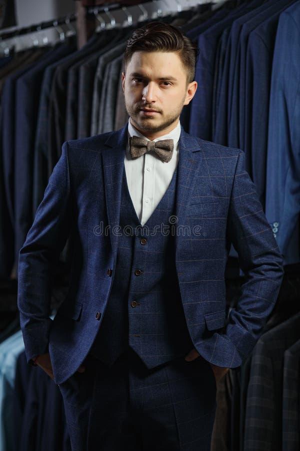 Ο πελάτης είναι κομψός τύπος στο σακάκι Στα κλασικά κοστούμια και τα σακάκια υποβάθρου στοκ εικόνα με δικαίωμα ελεύθερης χρήσης