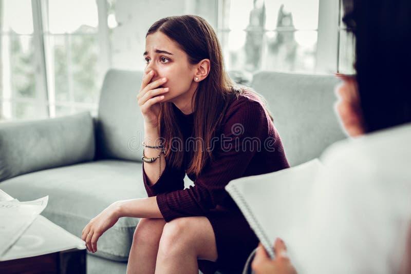 Ο πελάτης του συναισθήματος θεραπόντων συγκλόνισε μετά από να πραγματοποιήσει το πρόβλημά της στοκ εικόνες