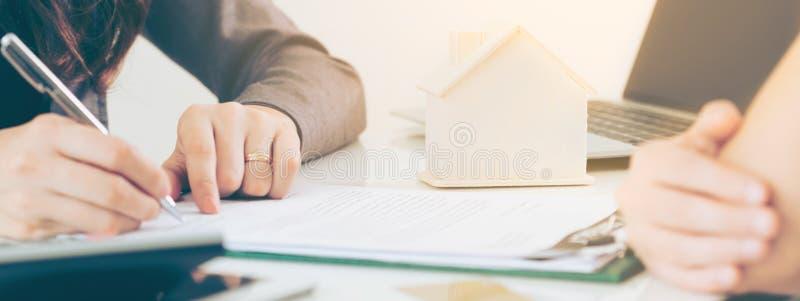 Ο πελάτης υπογράφει το έγγραφο για να αγοράσει το σπίτι και την ακίνητη περιουσία στοκ φωτογραφία με δικαίωμα ελεύθερης χρήσης