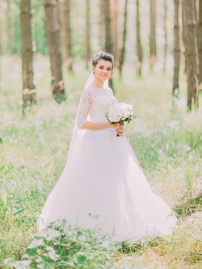 Ο περίπατος της θαυμάσιας ευτυχούς νύφης κατά μήκος του πράσινου δάσους στοκ φωτογραφία με δικαίωμα ελεύθερης χρήσης