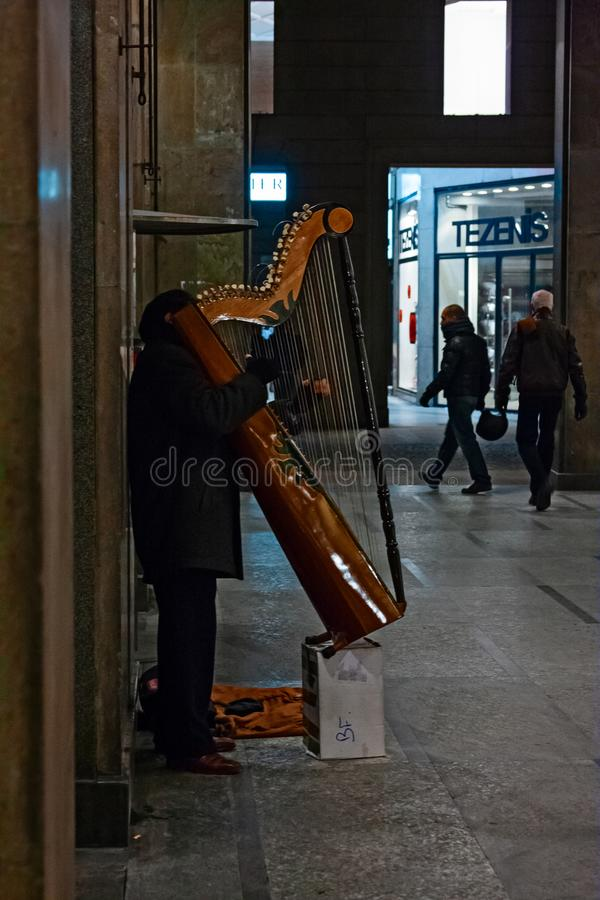 Ο περιπατητής με το όργανό του αποδίδει κάτω από τα arcades στη CEN στοκ εικόνα με δικαίωμα ελεύθερης χρήσης