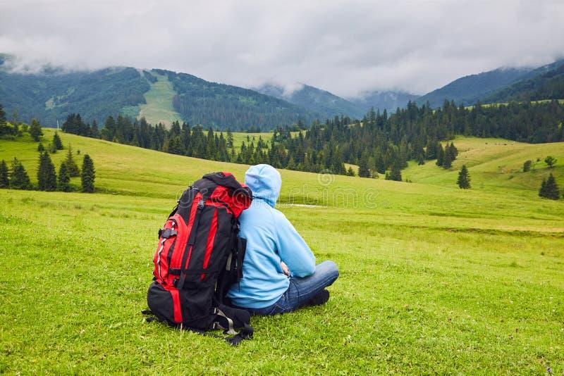 Ο περιπατητής Hill κάθεται στη μέση της αγριότητας βουνών στοκ φωτογραφίες με δικαίωμα ελεύθερης χρήσης