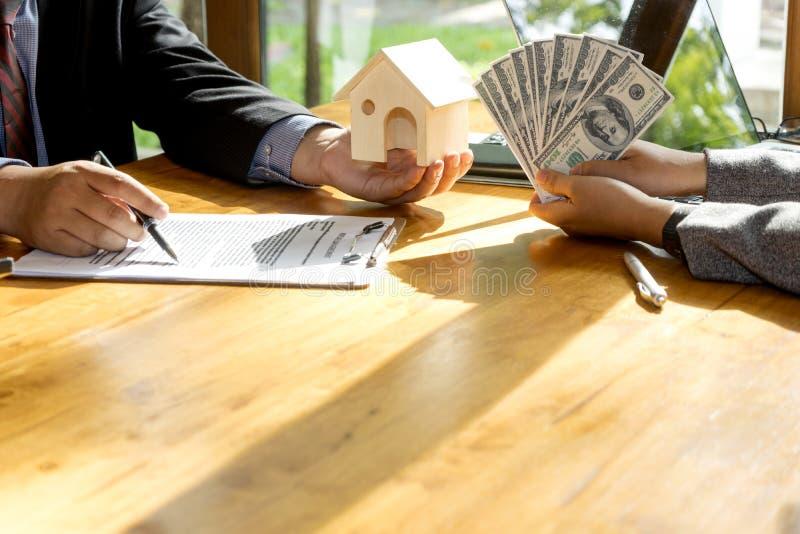 Ο πελάτης στεγαστικού δανείου έννοιας αγοράζει το σπίτι στοκ εικόνες με δικαίωμα ελεύθερης χρήσης