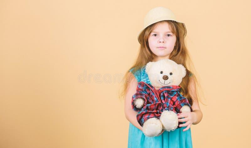 Ο πιό χαριτωμένος πάντα Η μικρή λαβή καπέλων αχύρου κοριτσιών teddy αντέχει το παιχνίδι βελούδου Ερωτευμένος με χαριτωμένο teddy  στοκ εικόνες