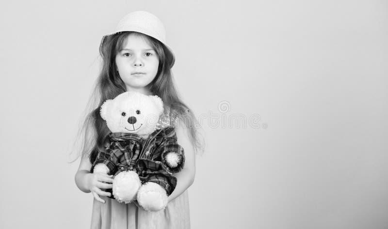 Ο πιό χαριτωμένος πάντα Η μικρή λαβή καπέλων αχύρου κοριτσιών teddy αντέχει το παιχνίδι βελούδου Ερωτευμένος με χαριτωμένο teddy  στοκ φωτογραφίες