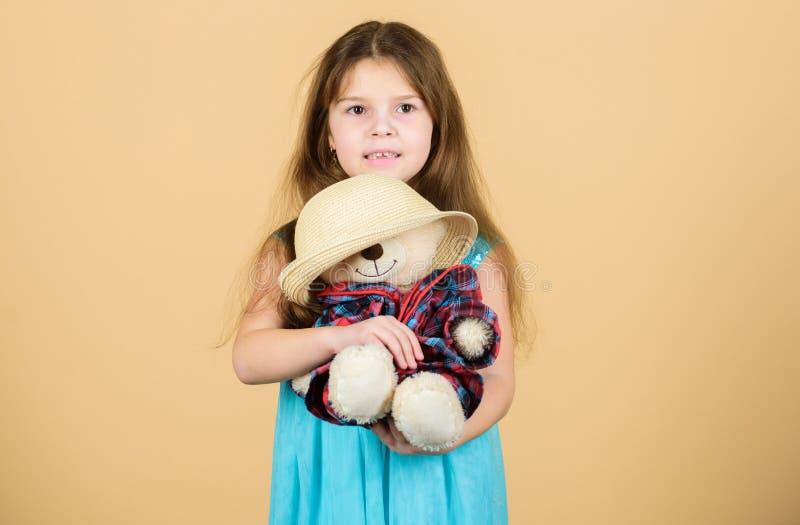 Ο πιό χαριτωμένος πάντα Τρυφερές συνδέσεις Η μικρή λαβή κοριτσιών teddy αντέχει το καπέλο αχύρου παιχνιδιών βελούδου Ερωτευμένος  στοκ εικόνες με δικαίωμα ελεύθερης χρήσης